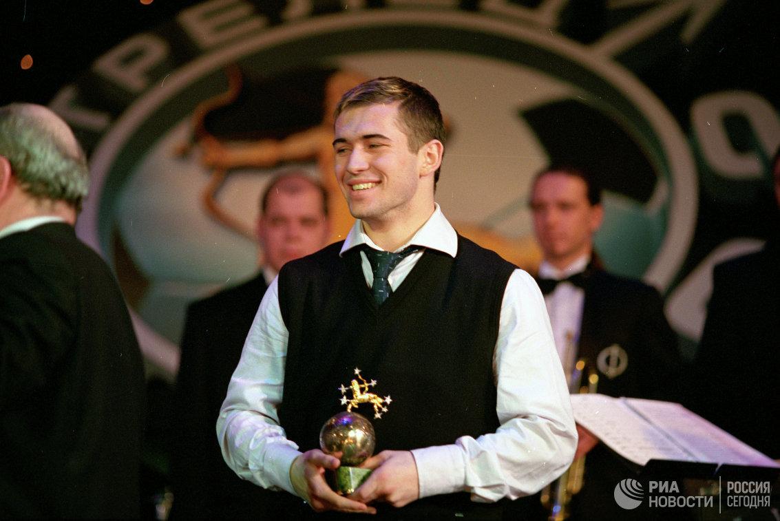 Нападающий Зенита Александр Кержаков на церемонии вручения ежегодной премии Российской футбольной премьер-лиги Стрелец в декабре 2002 года
