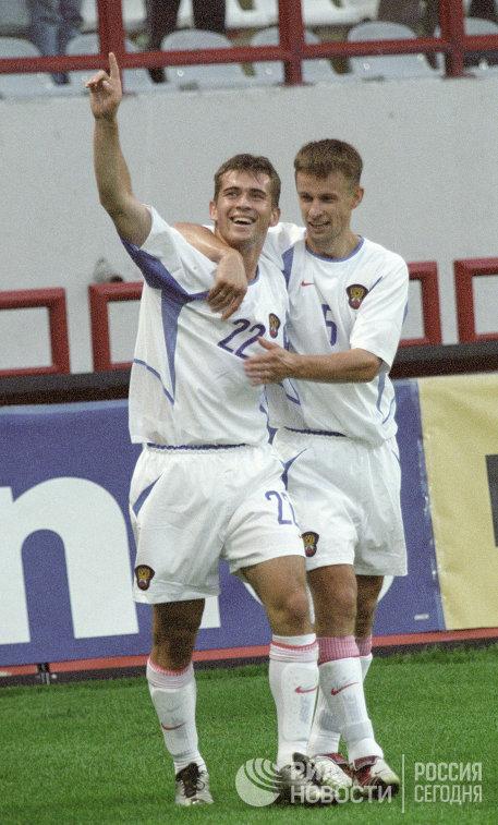 Футболисты сборной России Александр Кержаков, Сергей Семак (справа) во время товарищеского матча по футболу сборных команд России и Швеции в июне 2002 года