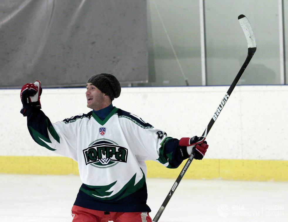 Футболист Александр Кержаков во время товарищеского хоккейного матча игроков команды Зенит и их друзей на ледовой арене Спартак в Санкт -Петербурге в апреле 2012 года