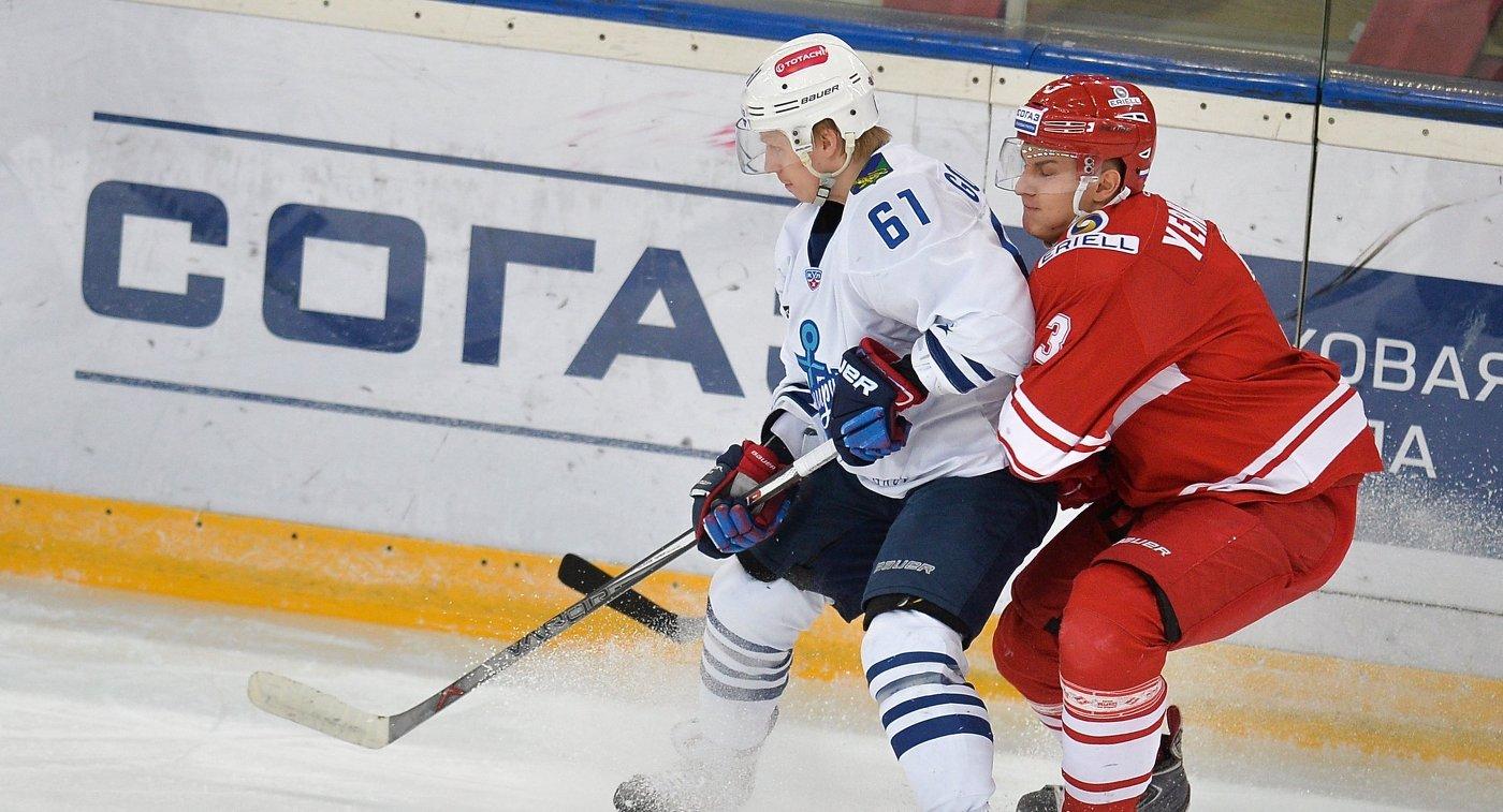 Форвард ХК Адмирал Александр Горшков (слева)