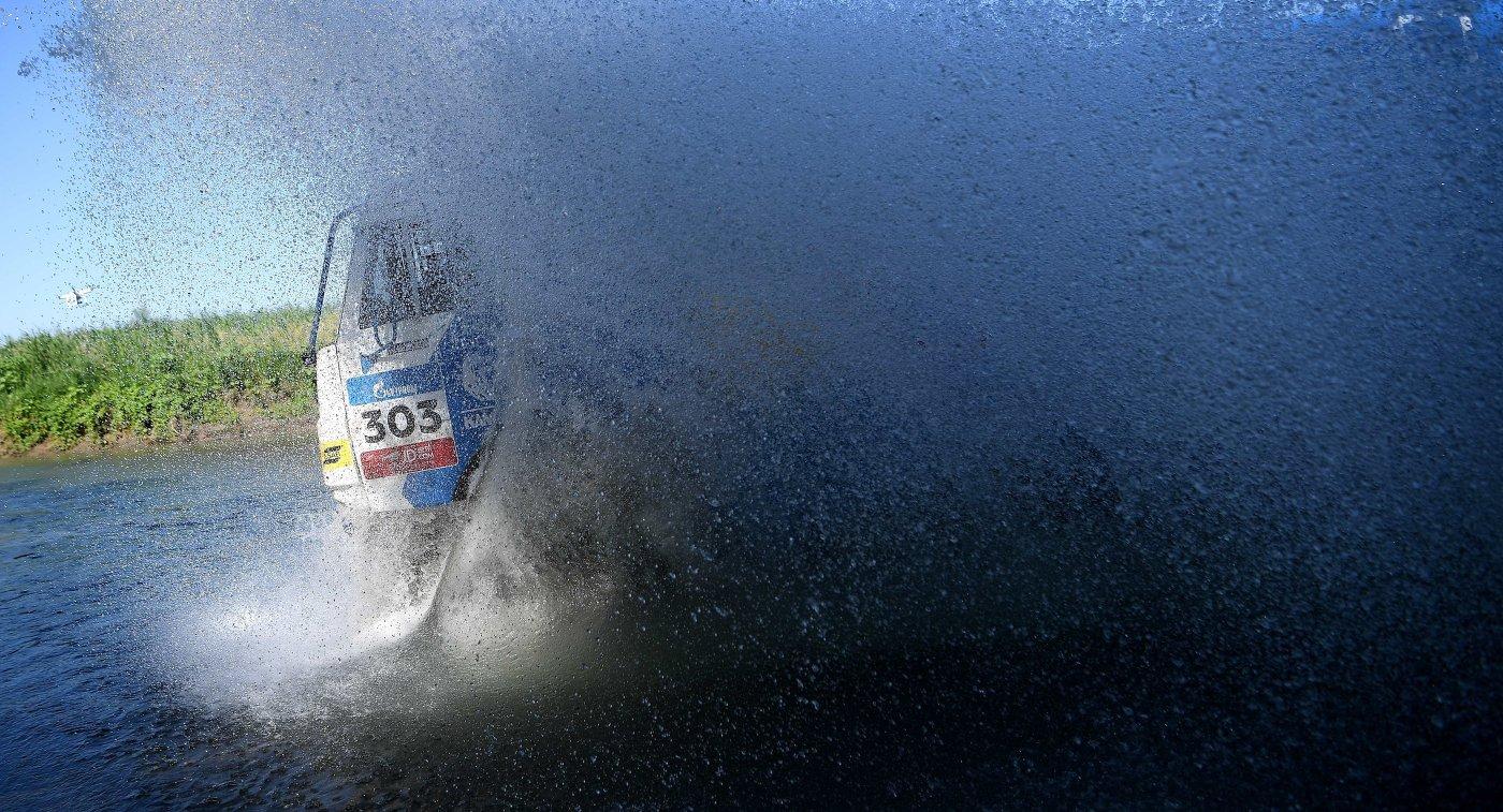 Экипаж российского гонщика Дмитрия Сотникова из команды КАМАЗ-мастер на седьмом этапе ралли-рейда Шелковый путь