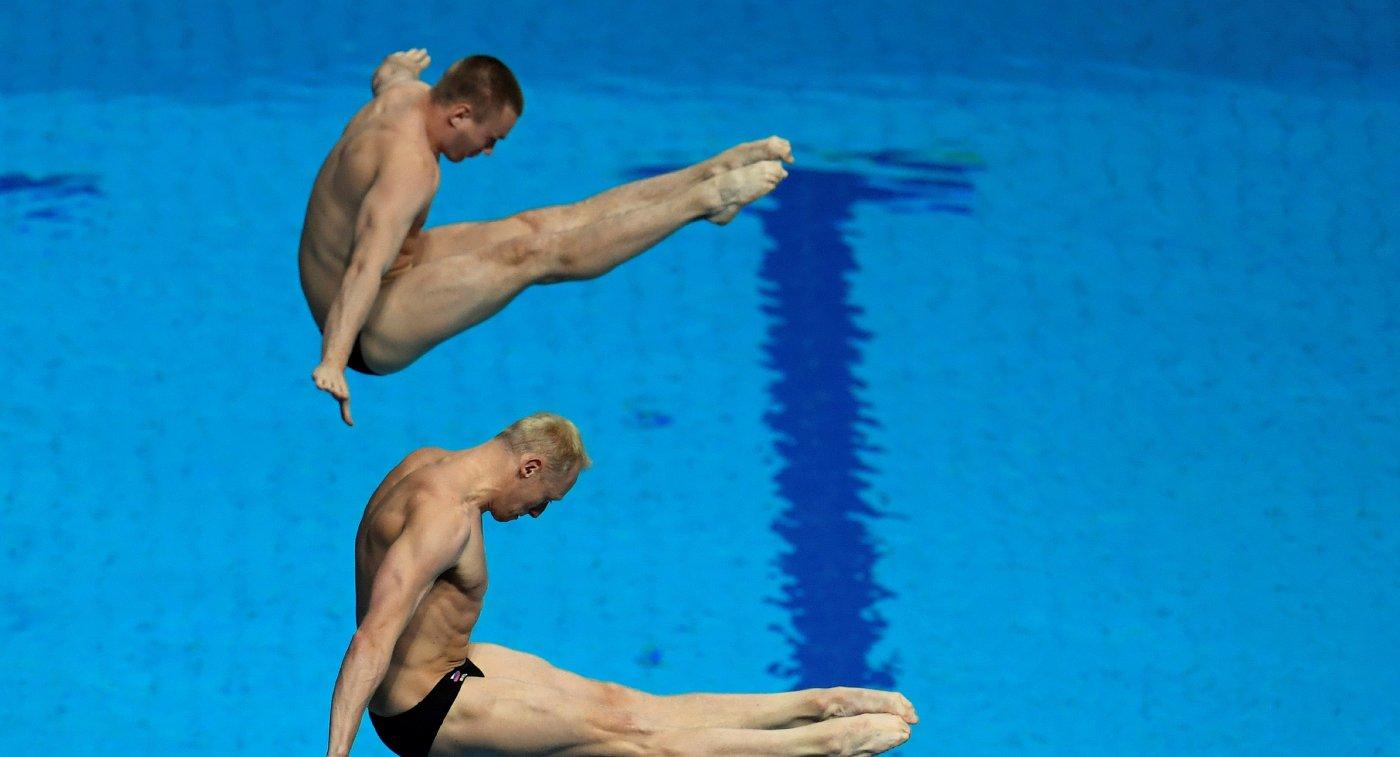 Российские прыгуны в воду Илья Захаров (на первом плане) и Евгений Кузнецов