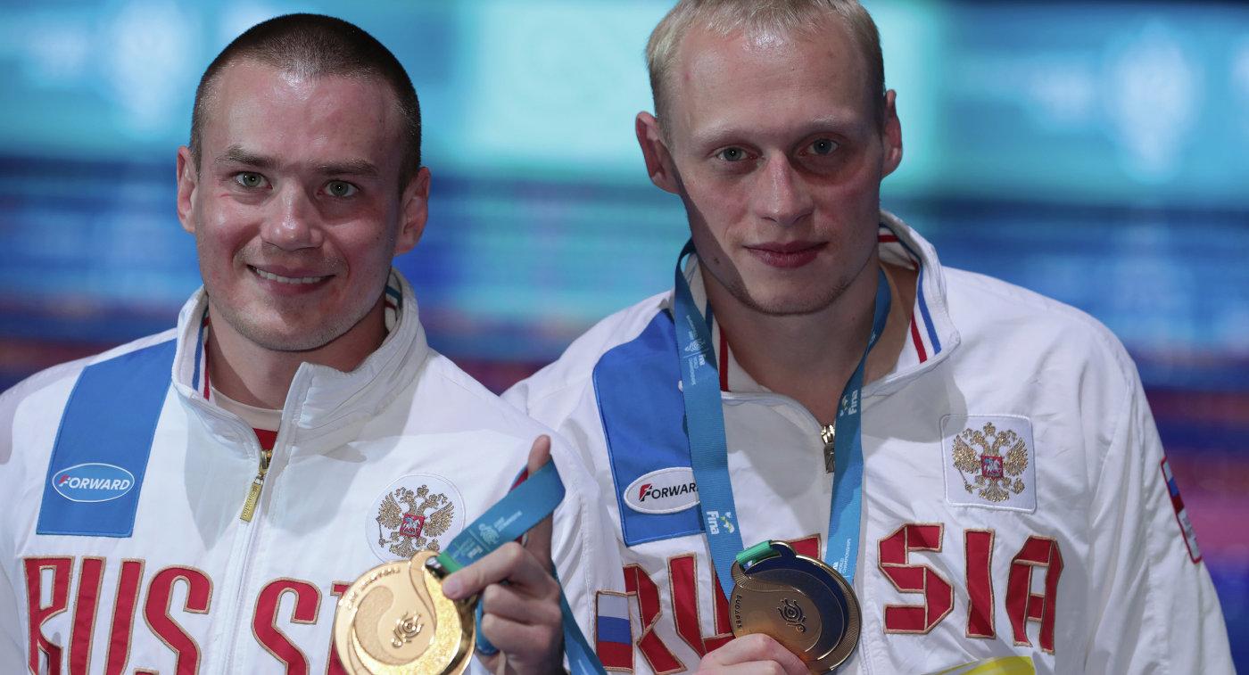 Российские прыгуны в воду Илья Захаров и Евгений Кузнецов (слева)