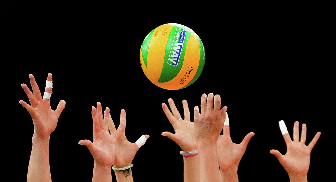 Игровой момент матча отборочного тура по волейболу среди женщин на I Европейских играх между сборными командами Нидерландов и России