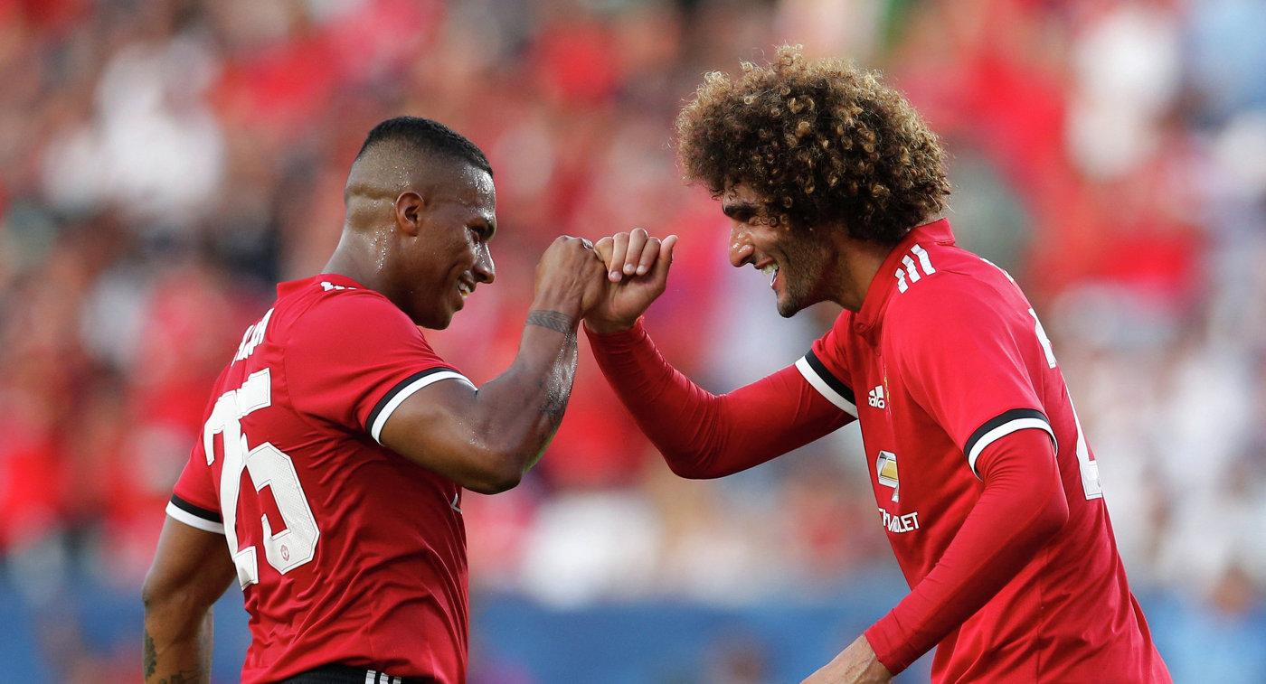 Футболисты английского Манчестер Юнайтед Маруан Феллайни (справа) и Антонио Валенсия