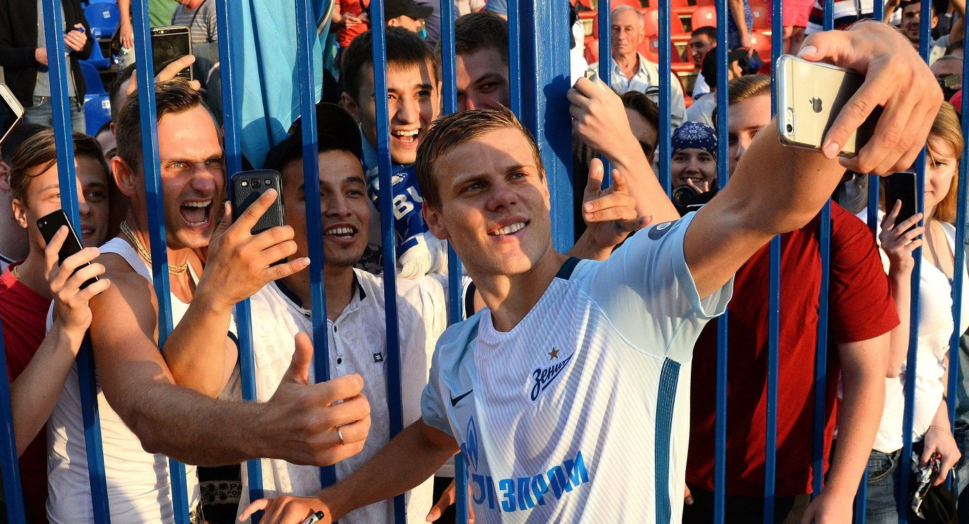 Нападающий ФК Зенит Александр Кокорин фотографируется с болельщиками клуба