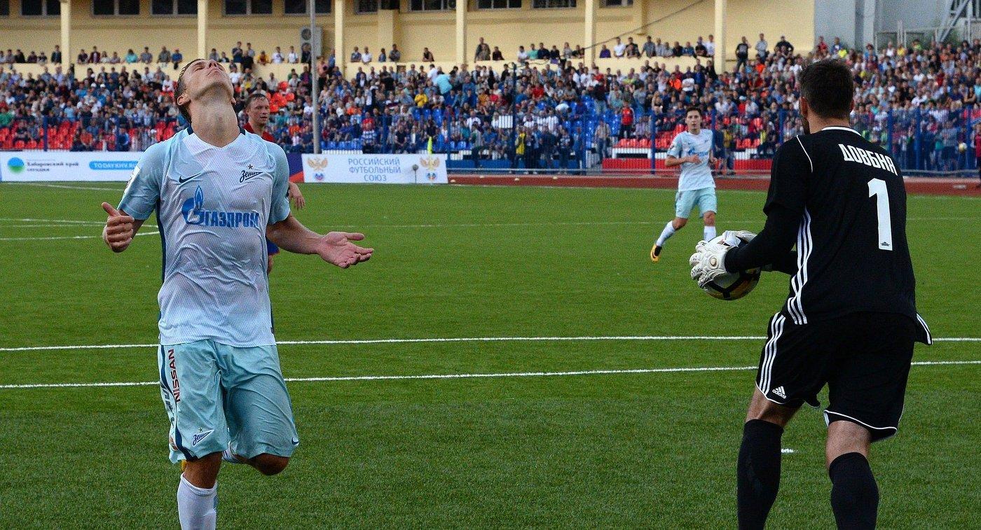 Нападающий ФК Зенит Александр Кокорин и вратарь ФК СКА-Хабаровск Александр Довбня (слева направо)
