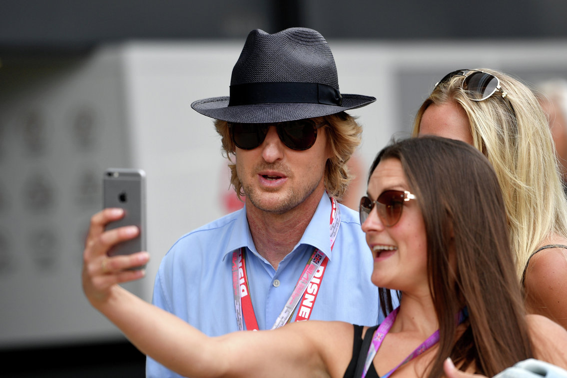 Голливудский актер Оуэн Уилсон на гонке Гран-при Великобритании Формулы-1