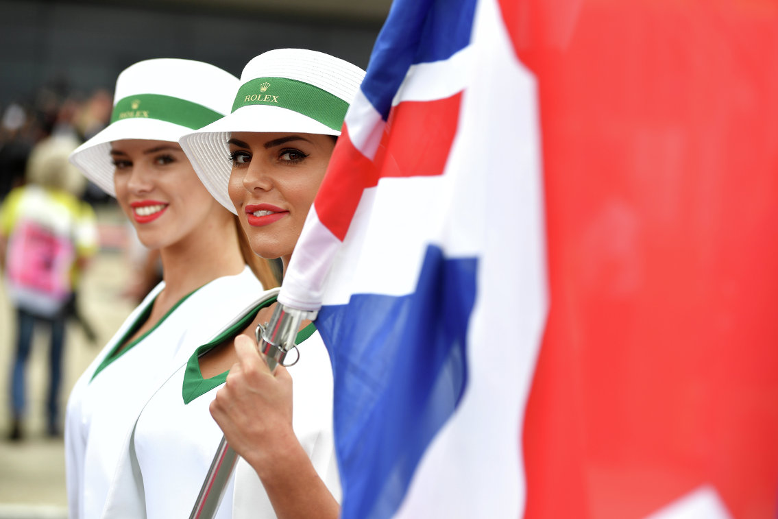 Грид-герл перед стартом гонки Гран-при Великобритании