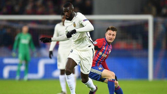 Полузащитник сборной Франции по футболу Тимуэ Бакайоко (на первом плане)