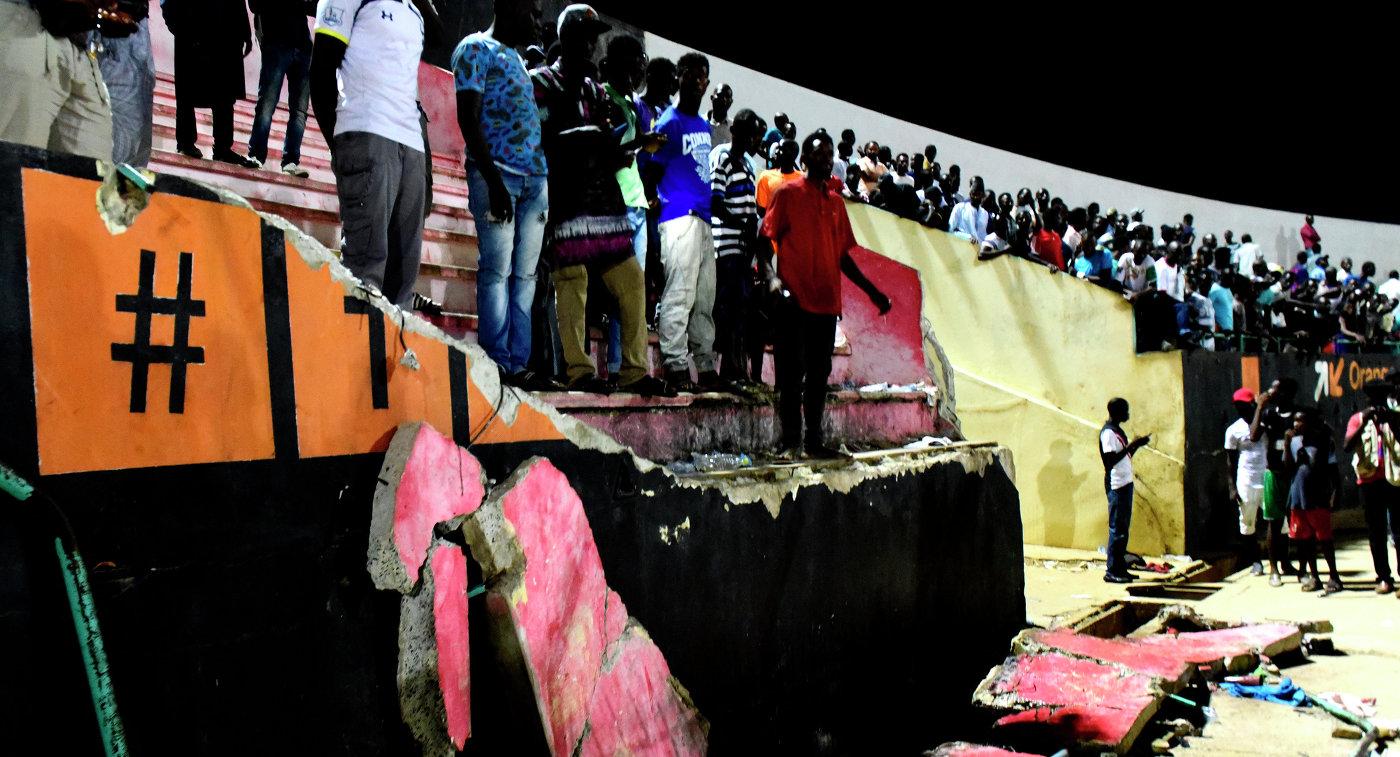 Обрушение стены стадиона, которое было вызвано давкой во время футбольного матча в Сенегале