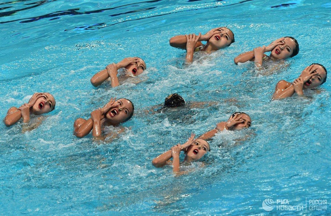 Спортсменки сборной Китая выступают с произвольной программой в комбинации на соревнованиях по синхронному плаванию