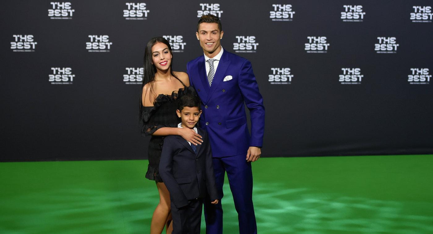 Криштиану Роналду с сыном Криштиану-младшим и своей девушкой Джорджиной Родригес