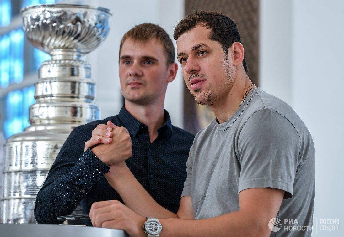 Евгений Малкин (справа)