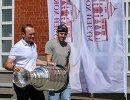 Евгений Малкин и Сергей Гончар (слева) с Кубком Стэнли