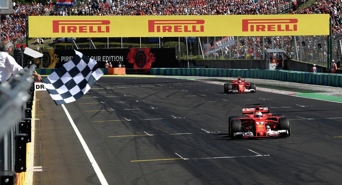 Финиш пилотов Феррари Себастьяна Феттеля (на первом плане) и Кими Райкконена на Гран-при Венгрии