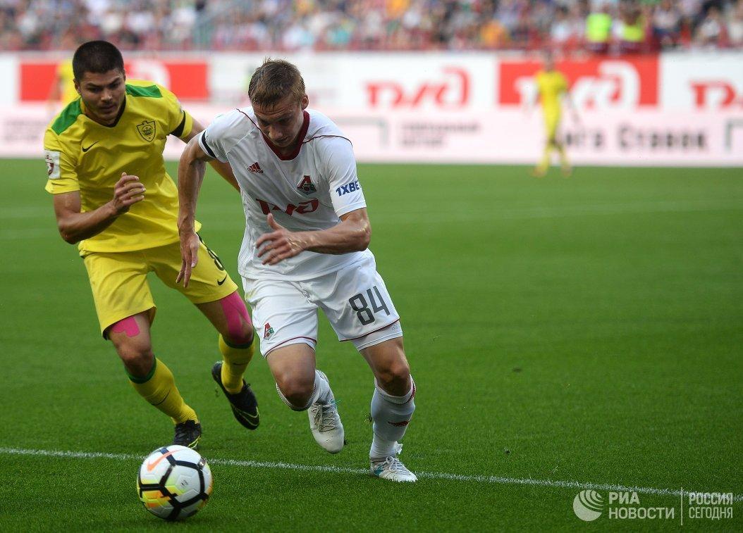 Полузащитник Анжи Арсен Хубулов (слева) и защитник Локомотива Михаил Лысов