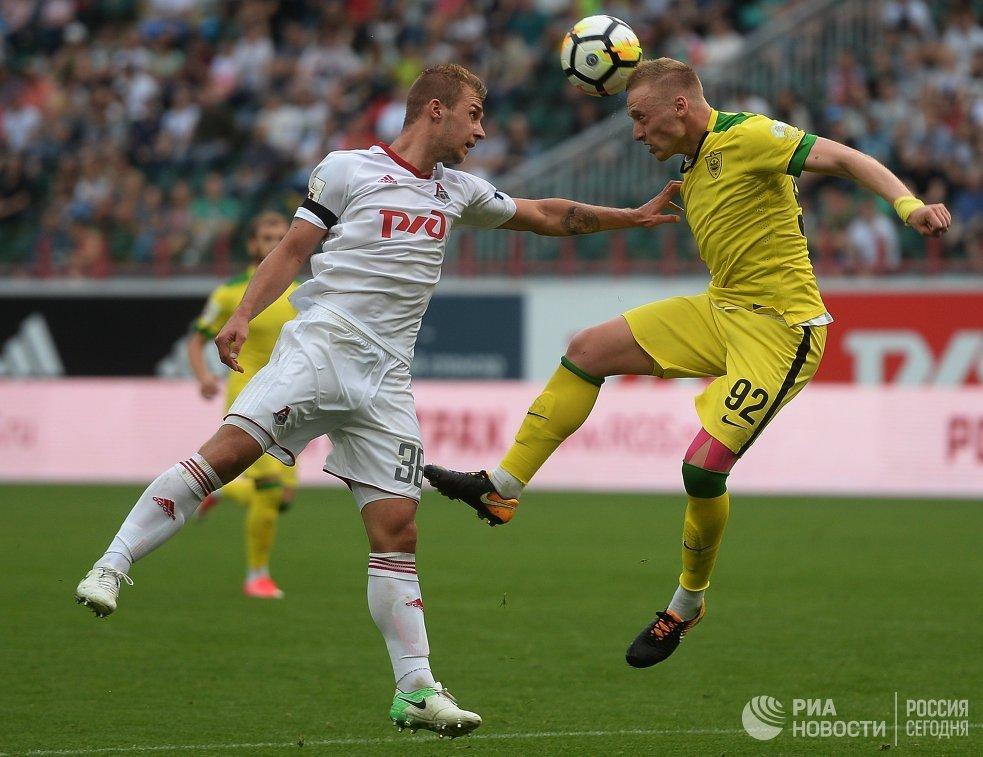 Защитники Локомотива Дмитрий Баринов (слева) и Анжи Сергей Брызгалов