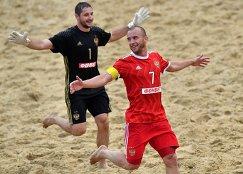 Игроки сборной России по пляжному футболу Максим Чужков (слева) и Антон Шкарин