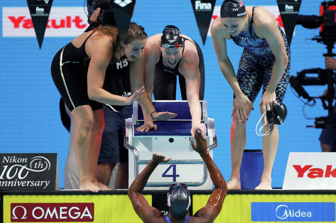 Пловчихи сборной США Кэтлин Бейкер, Лилли Кинг, Келси Уоррелл и Симоне Мануэль (внизу)