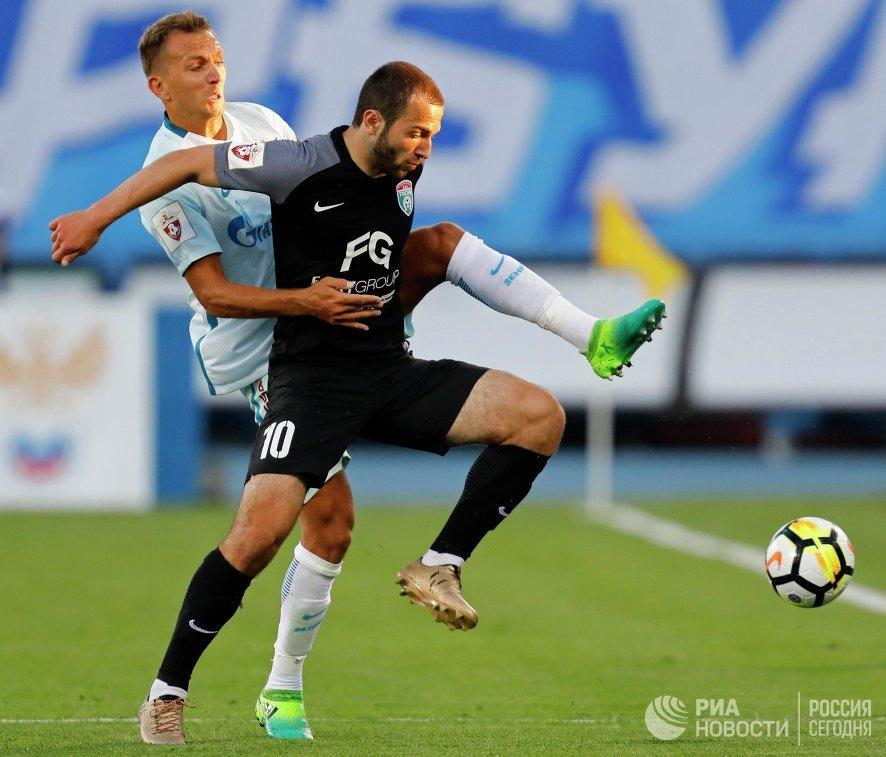 Защитник ФК Зенит Доменико Кришито (слева) и полузащитник ФК Тосно Георгий Мелкадзе