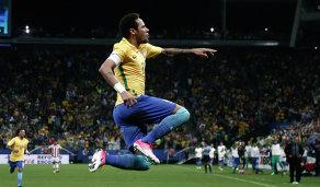 Нападающий сборной Бразилии Неймар радуется забитому мячу