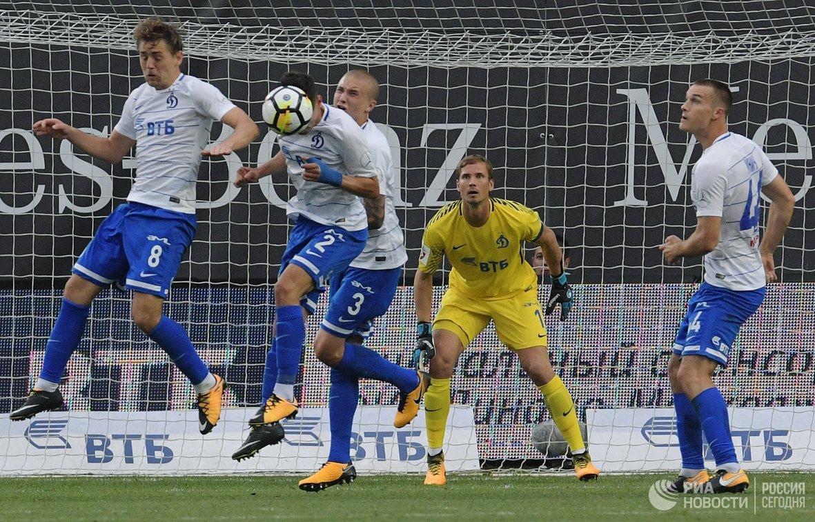 Вратарь ФК Динамо Антон Шунин (второй справа)