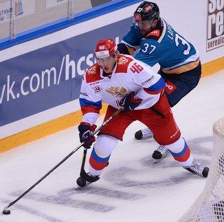 Защитник олимпийской сборной России Илья Любушкин (слева) и нападающий ХК Сочи Евгений Лапенков