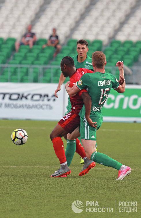 Нападающий ФК Уфа Сильвестр Игбун (слева) и защитник ФК Ахмат Андрей Семёнов