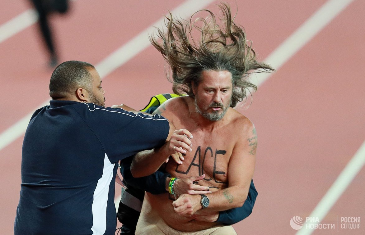 Болельщик, выбежавший на дорожку Олимпийского стадиона в Лондоне