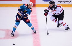 "Нападающий ХК ""Сочи"" Егор Морозов (слева) и сборной Канады Карл Столлери"