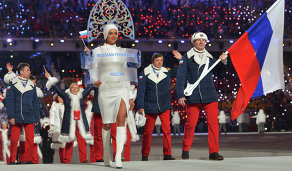 Знаменосец сборной России Александр Зубков (справа)
