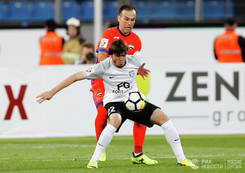 Хавбек Тосно Резиуан Мирзов (на первом плане) и полузащитник ЦСКА Бибрас Натхо