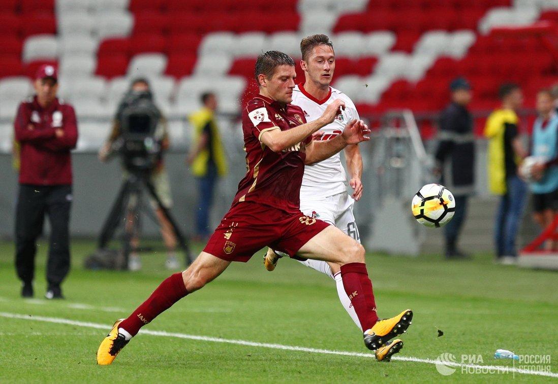 Защитник Рубина Руслан Камболов (слева) и полузащитник Локомотива Антон Миранчук