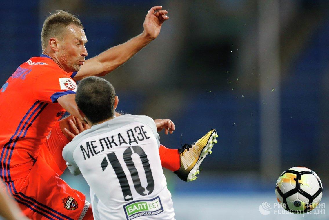 Защитник ЦСКА Алексей Березуцкий (слева) и хавбек Тосно Георгий Мелкадзе