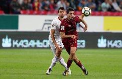 Защитник Локомотива Неманья Пейчинович (слева) и полузащитник Рубина Магомед Оздоев