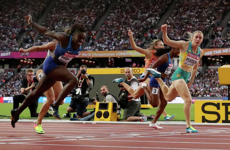 Финиш забега на 110 метров с барьерами: Салли Пирсон (справа)