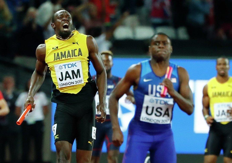 Усэйн Болт (слева) в финале эстафеты 4 по 100 метров