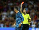 Главный арбитр встречи показывает красную карточку форварду Реала Криштиану Роналду (слева)