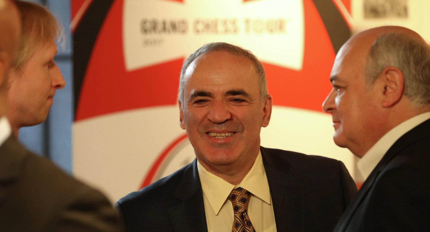 Гарри Каспаров (в центре)