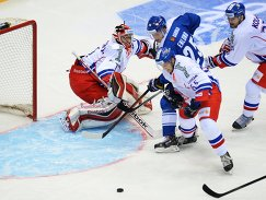 Вратарь сборной Чехии Якуб Коварж, хоккеисты сборной Финляндии Йонас Энлунд и сборной Чехии Войтех Мозик и Ян Коларж (слева направо)