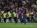 Нападающий Барселоны Лионель Месси (справа)