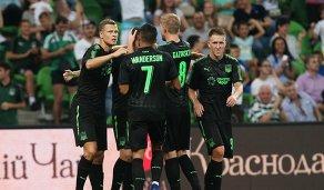 Футболисты Краснодара радуются забитому голу