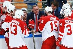 Главный тренер ХК Витязь Валерий Белов (в центре)
