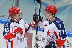 Хоккеисты ЦСКА Джефф Плэтт (слева) и Константин Окулов радуются заброшенной шайбе