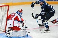 Вратарь ЦСКА Илья Сорокин (слева) и нападающий Динамо Никита Комаров