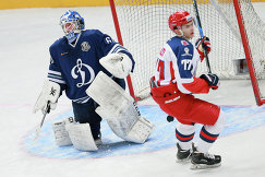 Вратарь Динамо Иван Бочаров (слева) и форвард ЦСКА Константин Окулов