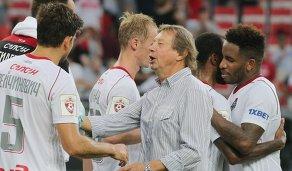 Главный тренер Локомотива Юрий Сёмин (в центре) и игроки команды