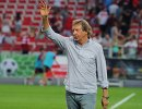 Главный тренер Локомотива Юрий Сёмин приветствует болельщиков