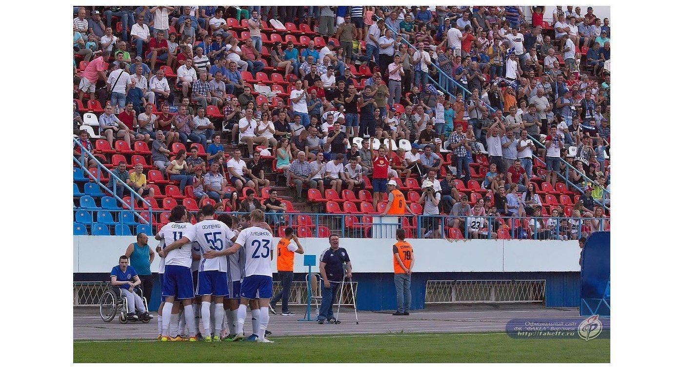 Футболисты Факела радуются забитому мячу